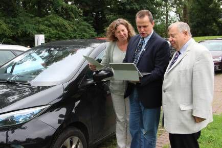 Die Bürgermeister Weber und Eisner mit Masterplanmanagerin Sabine Schröder vor einem E_Auto